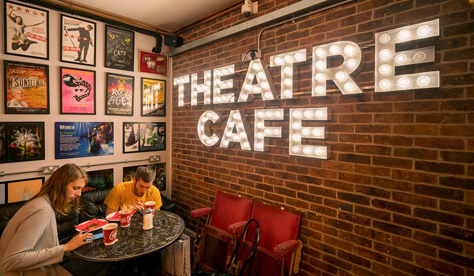 Theatre Café内部1